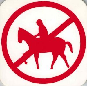 Kunststoff-Schild (klein): Pferd mit Reiter ROT