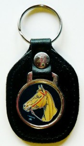 Leder-Schlüsselanhänger mit Pferdemotiv auf Metallplakette